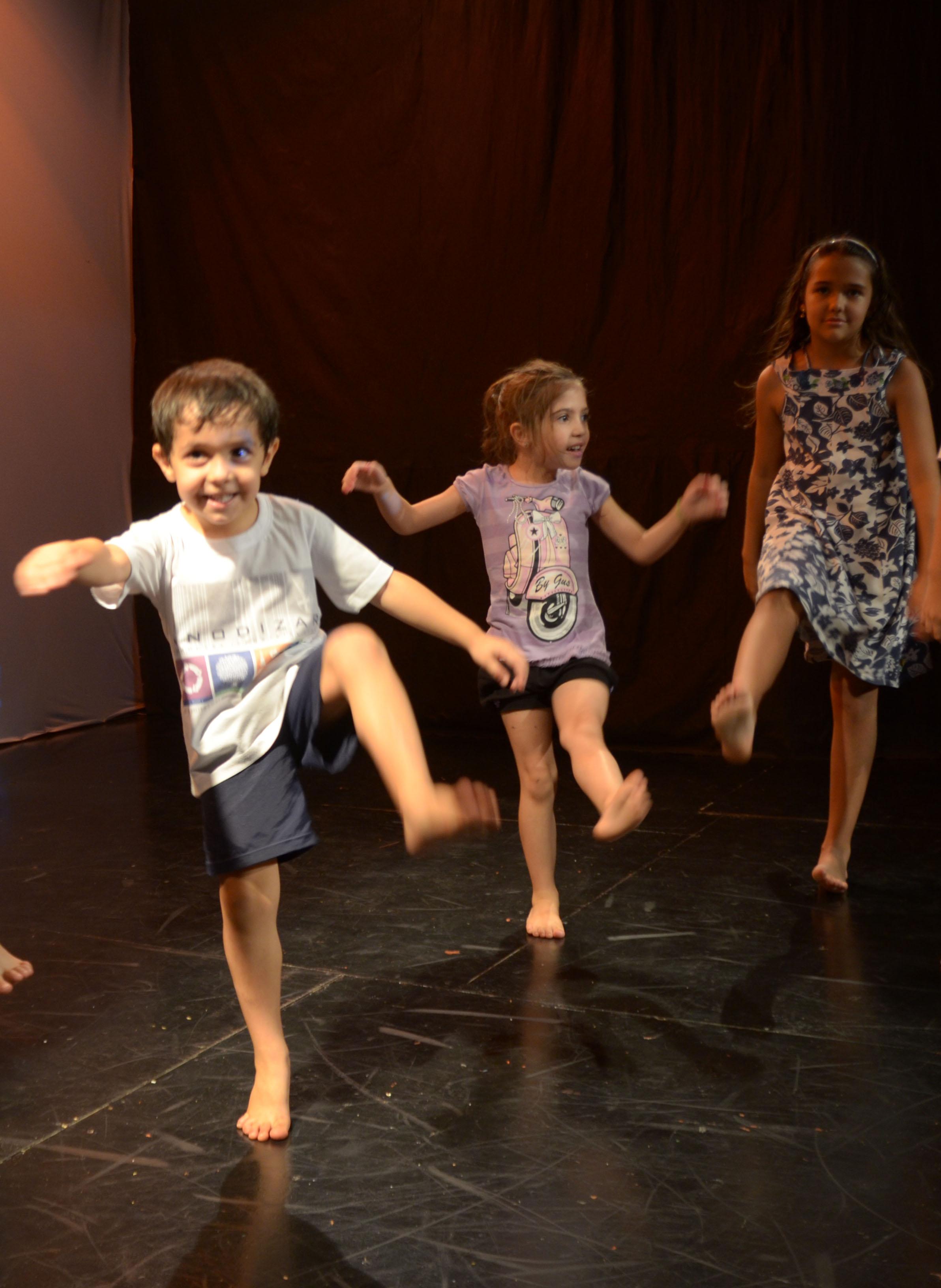 36d38825d4 Vivência musical e corporal aprendendo a tocar e dançar, relacionando som e  movimento.